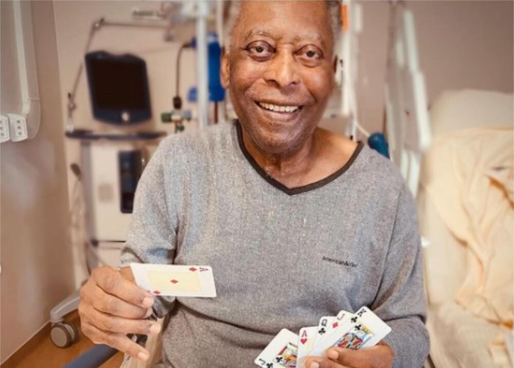 Pelé jugando cartas Foto iamkelynascimento.jpg