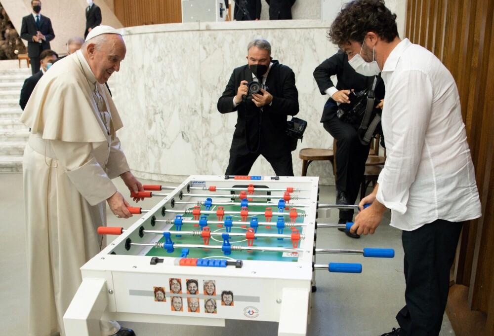 Papa Francisco jugando futbolito