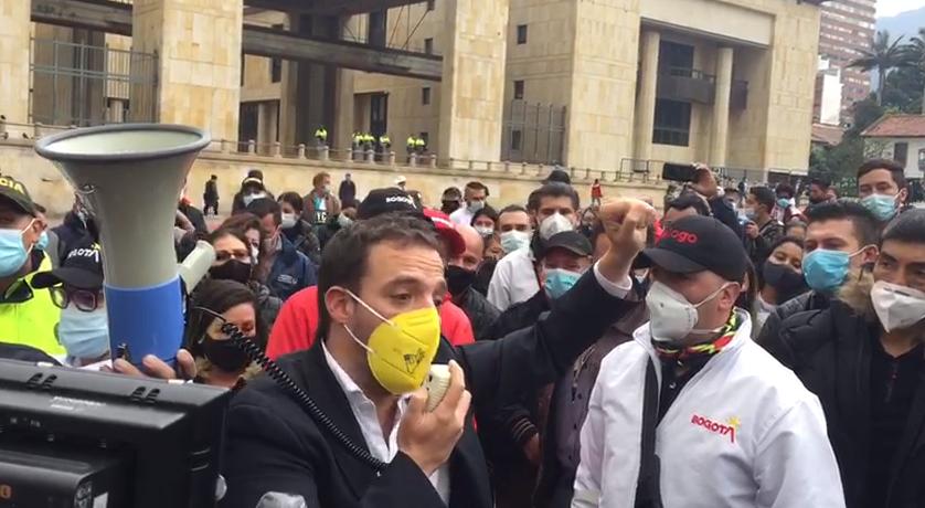 Luis Ernesto Gómez en medio de la protesta de comerciantes de Bogotá