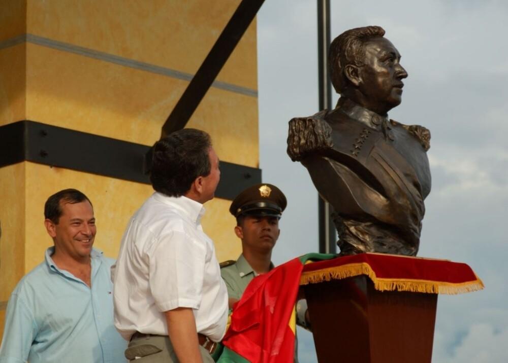 Busto del exgobernador Hugo Aguilar Foto panachioficial.jpg