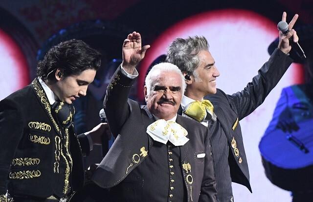 Hijo de Vicente Fernández desmiente rumor de su muerte.