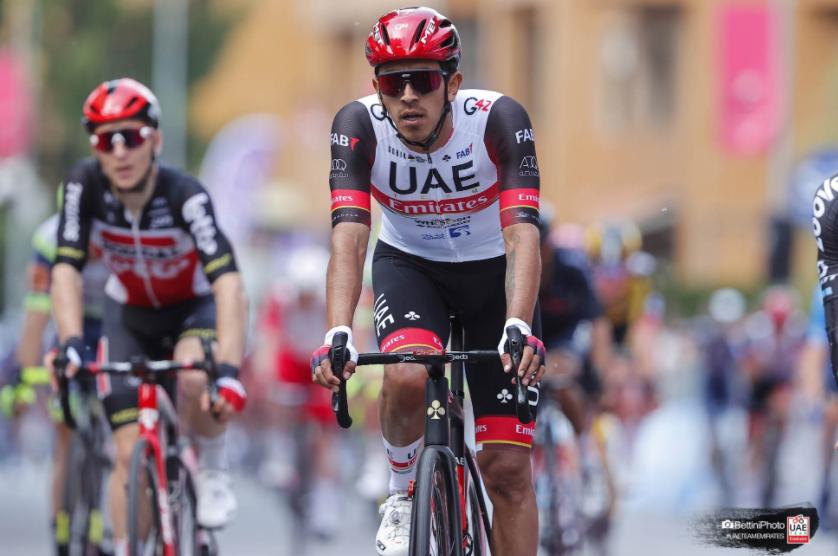 Juan Sebastián Molano ayudó a Daniel Martínez en la etapa 19 del Giro de Italia.