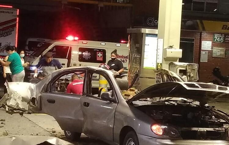 carro explosion estacion de gasolina sur de cali.jpg