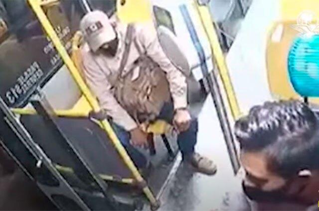 Conductor en México empuja a ladrón de un bus