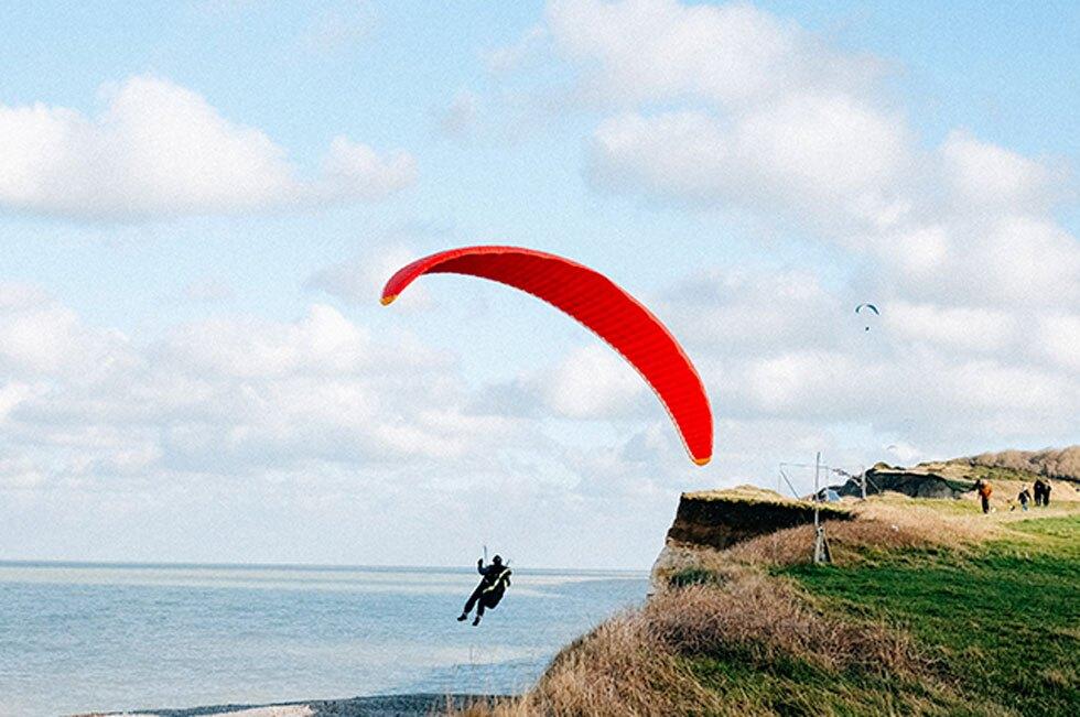En video quedó registrado cómo cuerdas de un paracaídas se enredaron mientras hombre cae al vacío