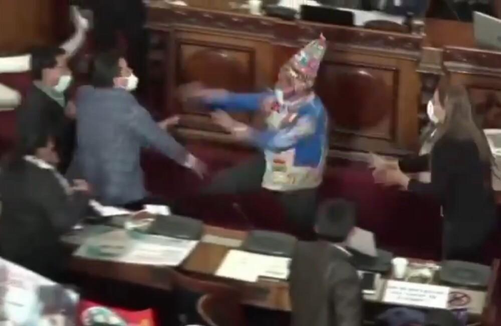 Dura pelea entre congresistas en Bolivia.jpeg