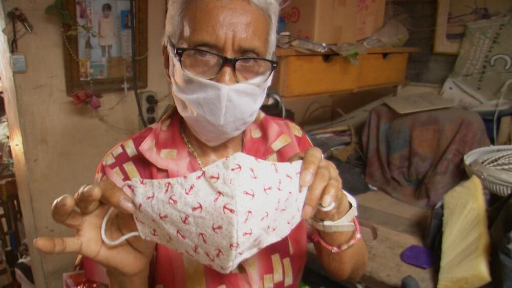 369649_Adulta mayor que hace tapabocas para sus vecinos. Foto: Alcaldía de Barranquilla.