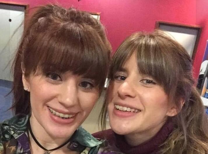 Melissa y Georgia Laurie, gemelas atacadas por un cocodrilo en México.jpg