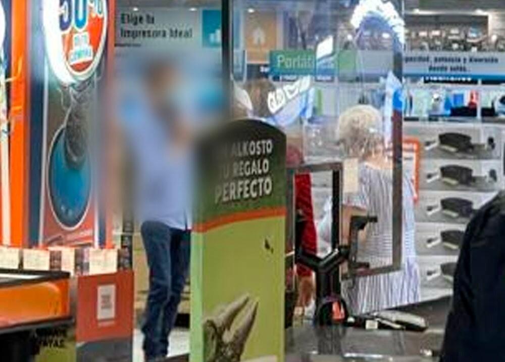 Hombre se apuntó con arma de fuego en almacén de cadena