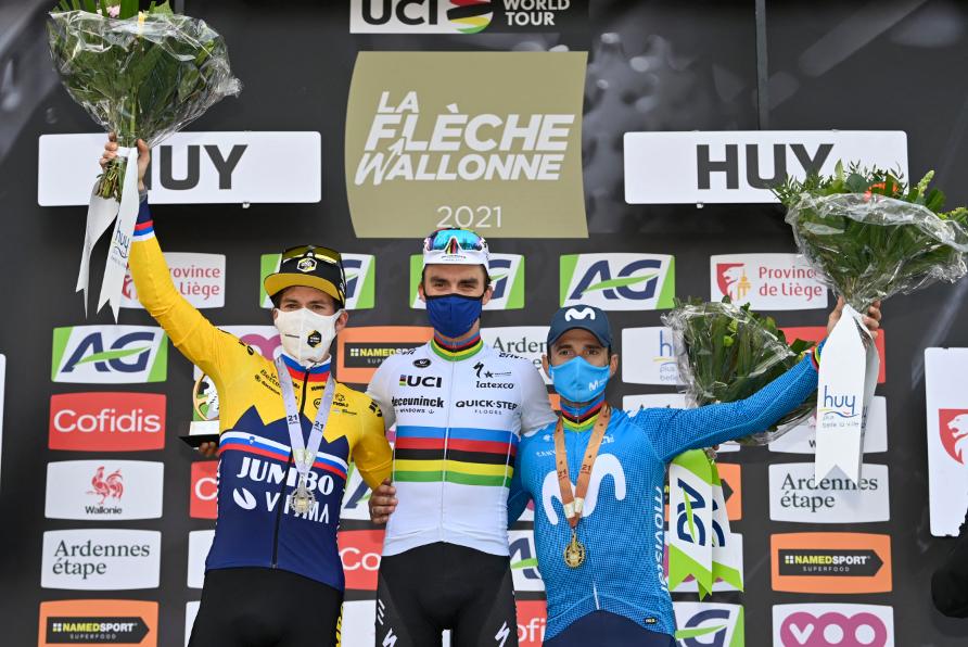 Primoz Roglic (I), Julian Alaphilippe (C) y Alejandro Valverde (D) subieron al podio en la Flecha Valona.