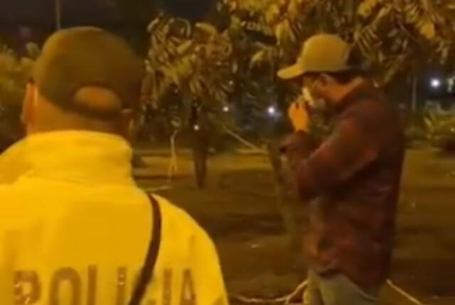 regaño de papá a su hijo por estar en las protestas