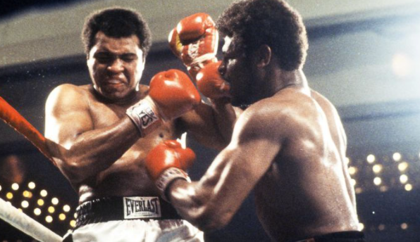 Leon Spinks enfrentando a Muhammad Ali. AFP