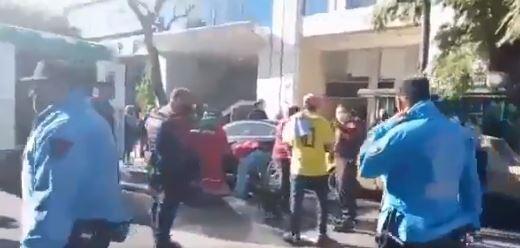 hombre embiste manifestacion de colombianos en consulado en buenos aires.JPG