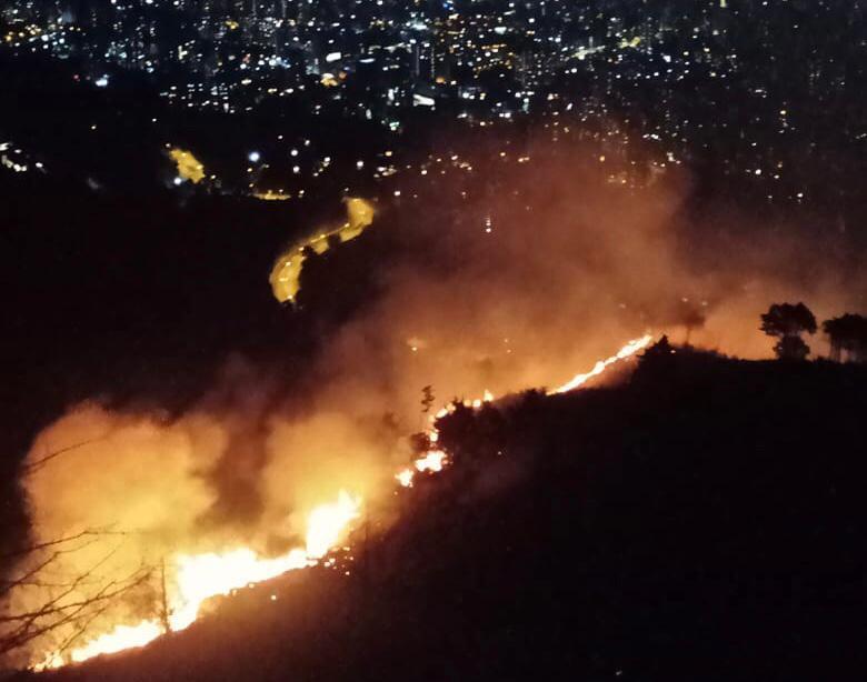 Incendio vía Las Palmas Medellín.jpeg