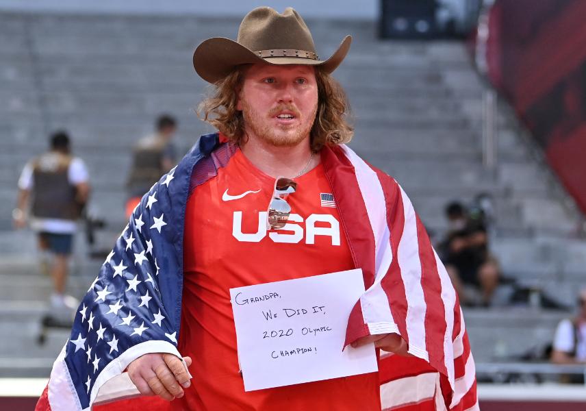 Ryan Crouser ganó oro en el lanzamiento de bala de los Juegos Olímpicos Tokio 2020.