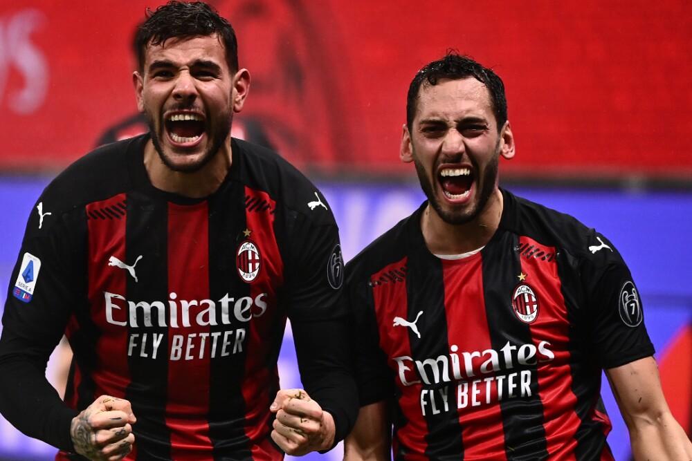 Theo Hernández y Hakan Calhanoglu Milan 170121 AFP E.jpg