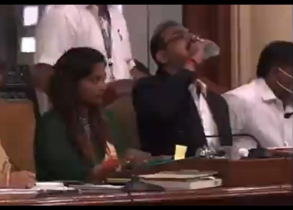 Captura de video funcionario que bebió antibacterial