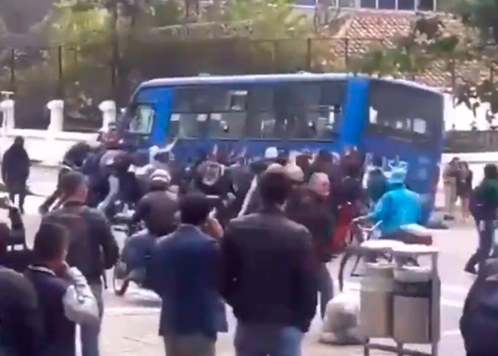 344435_Encapuchados intentan volcar un bus del SITP // Foto: Captura video Twitter