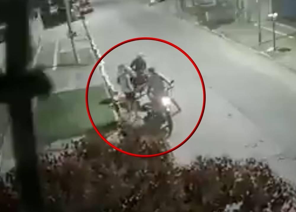 Ladrones inexperimentados protagonizan insólito robo de moto Foto-captura video Twitter . baires_news.jpeg