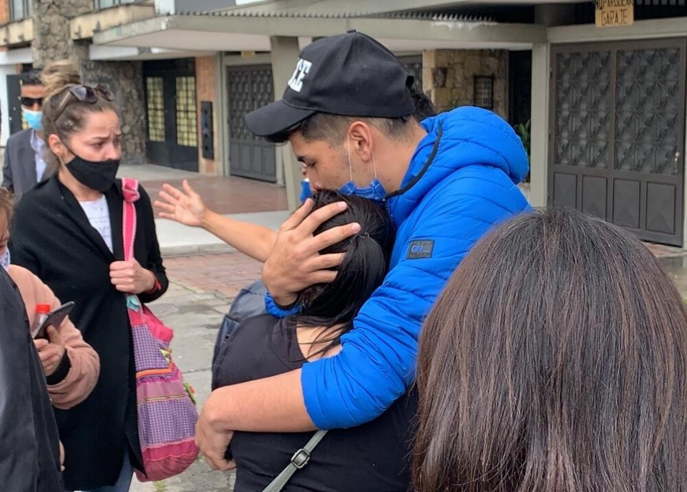 familiares de oswaldo muñoz asesinado en transmilenio foto blu radio.jpg
