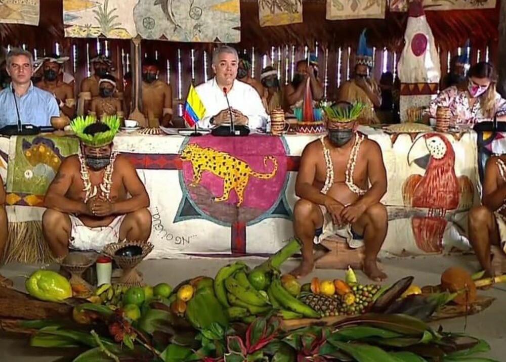 Duque con indígenas en Leticia, Amazonas.jpg