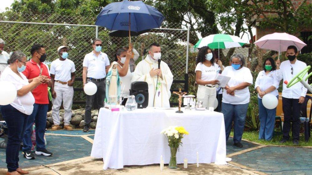 eucaristia en barrio pampas del mirador de cali.jpg