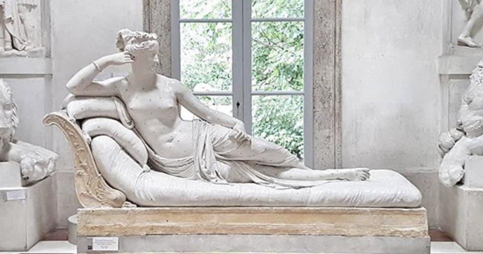 Hombre daña escultura de un museo de Italia