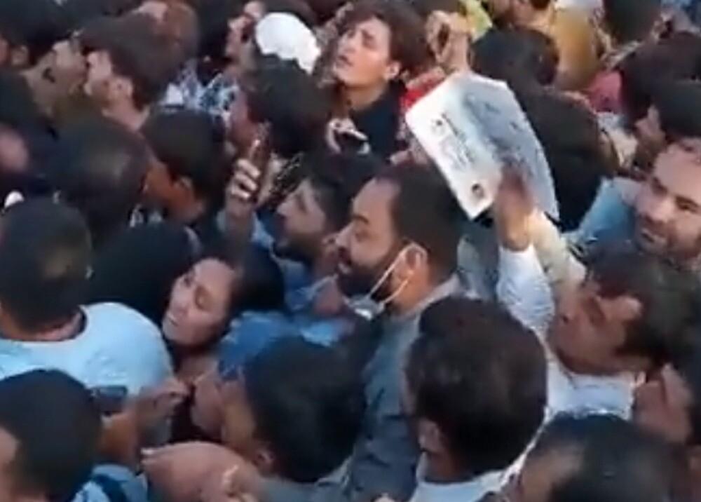 Miles de personas buscan huir de los talibanes en Afganistán.jpg