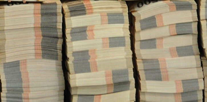 Policía de perú encontró 7 mil soles en la calle