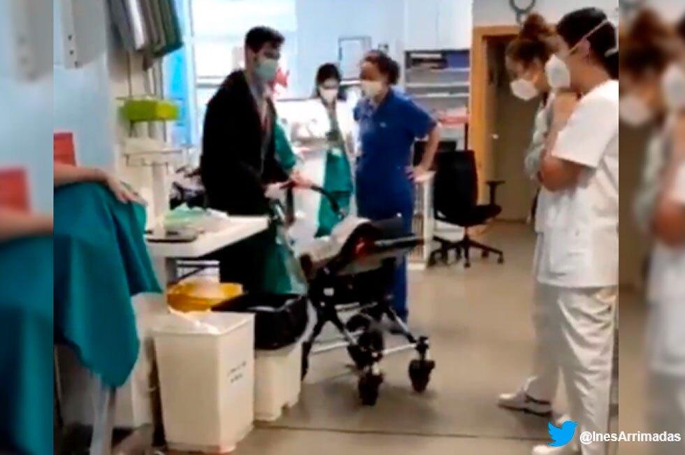 Bebé sale del hospital tras larga hospitalización por COVID