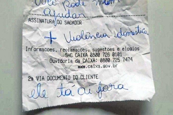 víctima de violencia intrafamiliar pide ayuda en banco de Brasil.jpg