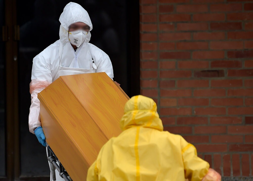 372837_Preparamiento mortuorio en la pandemia // Foto: AFP, imagen de referencia