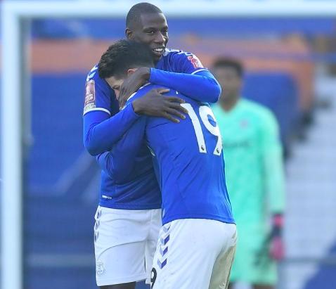 James Rodríguez y Abdoulaye Doucouré Everton