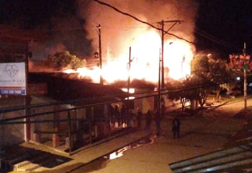 347092_BLU Radio. Inconformes con elecciones incendiaron alcaldía en Nechí / Foto: Cortesía
