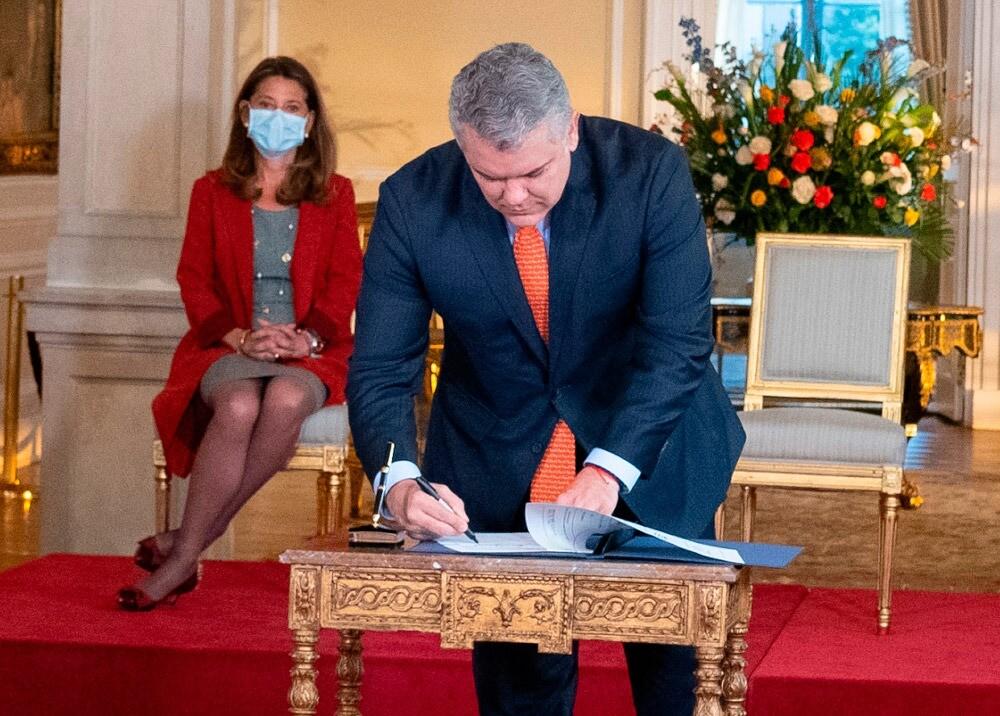 372075_Firma de decreto // Foto: Presidencia, imagen de referencia