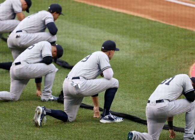 372059_Yankees hincan la rodilla / AFP