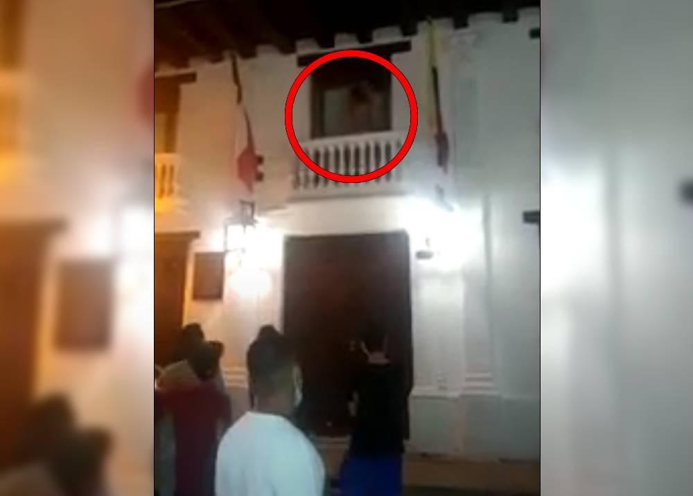pareja en Cartagena teniendo relaciones en un balcón.jpeg