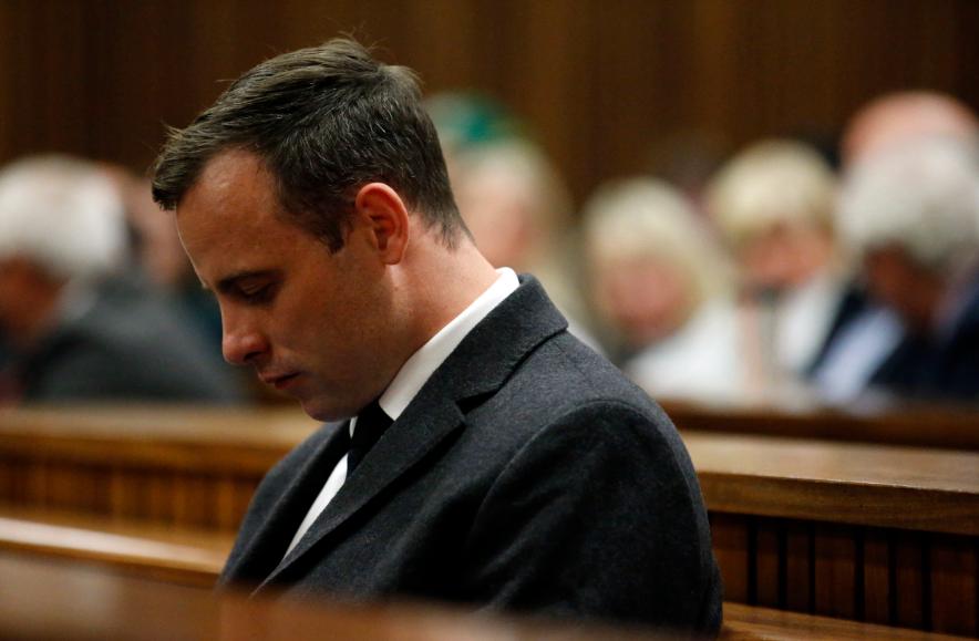 Oscar Pistorius cumple condena por haber asesinado en 2013 a su novia, la modelo Reeva Steenkamp.