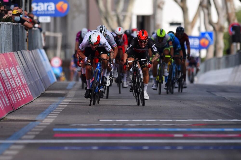 Esprint en la etapa 5 del Giro de Italia.