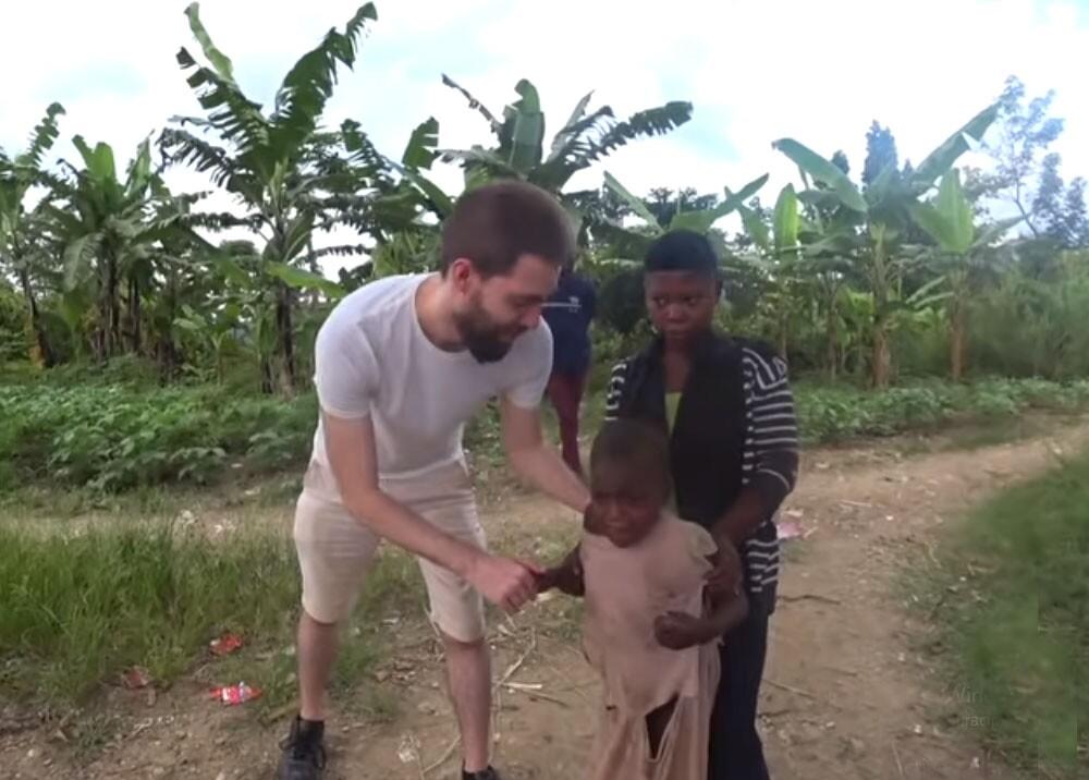 niña que se asusta al ver un hombre blanco en africa.jpg