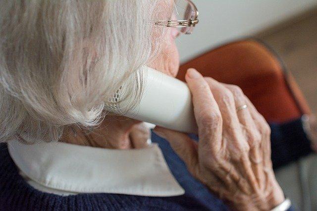 Delincuentes intentan engañar a anciana, pero es ella quien termina estafándolos