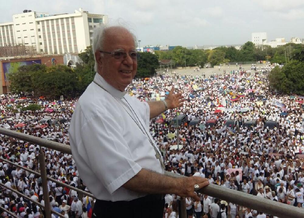 246818_Monseñor Víctor Tamayo acompaña la protesta que realizan miles de padres de la ciudad. Foto. Diana Comas