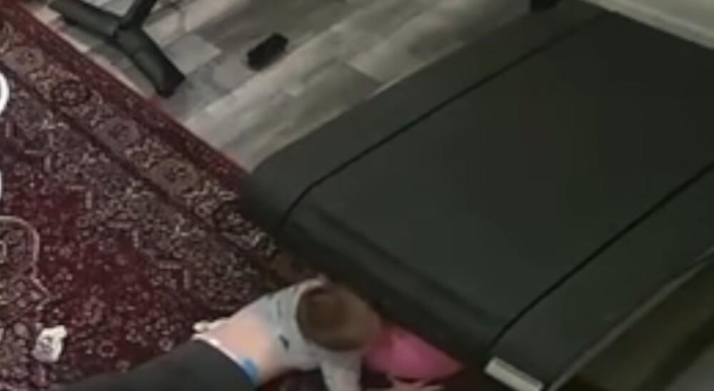 Niño atrapado en una caminadora