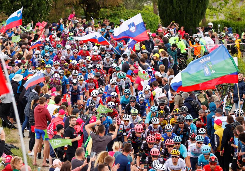 Pelotón durante la etapa 15 del Giro de Italia 2021.
