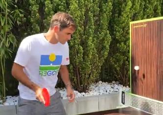 Roger Federer mostró su talento para el tenis de mesa.