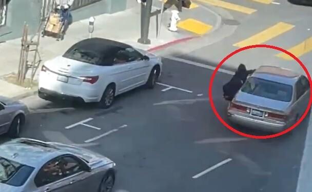 Mujer es arrastrada por un carro después de ser robada