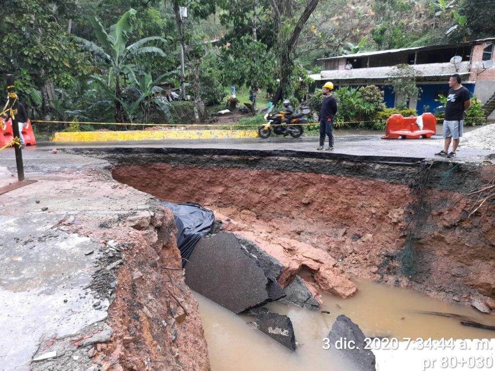 Hueco en San Luis, autopista Medellín - Bogotá (2).jpeg