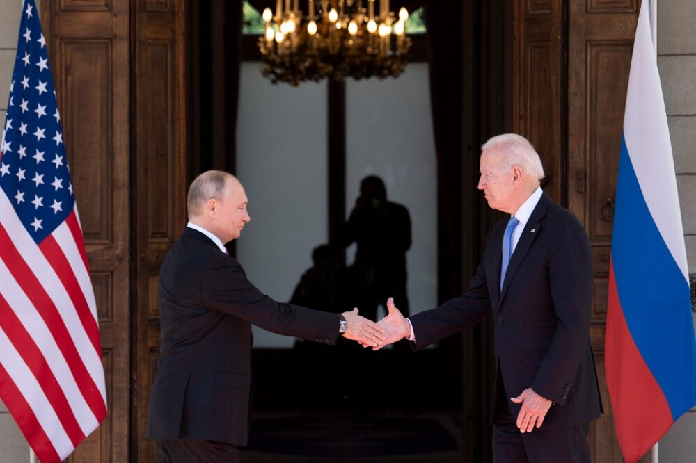 Estrechón de manos entre Vladimir Putin y Joe Biden en Ginebra.jpg