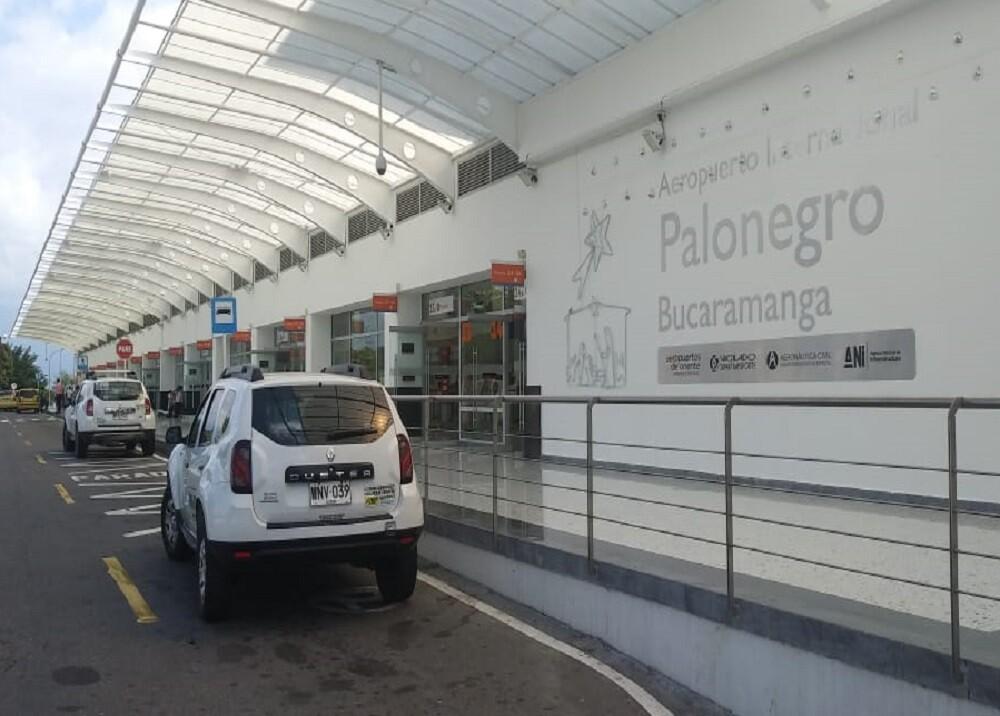 370235_BLU Radio. Aeropuerto Palonegro / Foto: Aeropuertos del Oriente