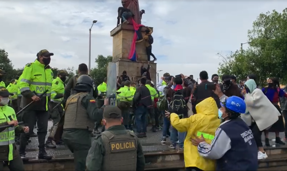 Indígenas Misak intentaron derribar estatua de Cristóbal Colón en Bogotá